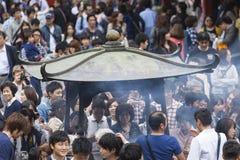 TOKIO, JAPÓN - 2 DE MAYO: Muchedumbre de pueblo japonés que camina alrededor de Fotos de archivo libres de regalías