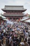 TOKIO, JAPÓN - 2 DE MAYO: Muchedumbre de pueblo japonés que camina alrededor de Imágenes de archivo libres de regalías