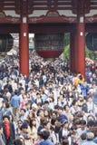 TOKIO, JAPÓN - 2 DE MAYO: Muchedumbre de pueblo japonés que camina alrededor de Foto de archivo libre de regalías
