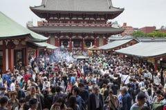 TOKIO, JAPÓN - 2 DE MAYO: Muchedumbre de pueblo japonés que da une vuelta Fotografía de archivo libre de regalías