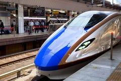 TOKIO, JAPÓN - 19 DE MAYO: Un tren tira en la estación de Tokio el 19 de mayo de 2016 en Tokio, Japón Imagen de archivo libre de regalías