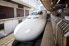 TOKIO, JAPÓN - 19 DE MAYO: Un tren tira en la estación de Tokio el 19 de mayo de 2016 en Tokio, Japón Fotos de archivo libres de regalías