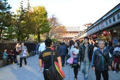 TOKIO, JAPÓN - 21 DE NOVIEMBRE: Calle de las compras de Nakamise en Asakusa, Tok Imagen de archivo libre de regalías