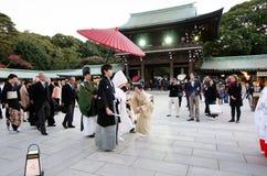 Tokio, Japón - 23 de noviembre de 2013: Ceremonia de boda japonesa en Meiji Jingu Shrine Imagen de archivo libre de regalías