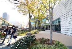 Tokio, Japón - 28 de noviembre de 2013: Construcción de la visita de la gente exterior en Daikayama Foto de archivo libre de regalías