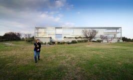Tokio, Japón - 26 de noviembre de 2013: Edificio de la observación de la visita de la gente en el parque de Kasairinkai Fotografía de archivo