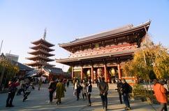 Tokio, Japón - 21 de noviembre de 2013: Los turistas visitan el templo budista Senso-ji Fotos de archivo libres de regalías