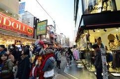 Tokio, Japón - 24 de noviembre de 2013: Muchedumbre en la calle Harajuku de Takeshita Imagen de archivo libre de regalías