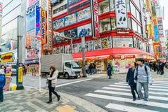 TOKIO, JAPÓN - 26 de noviembre de 2015: Pasos apretados del tráfico de la gente Fotografía de archivo