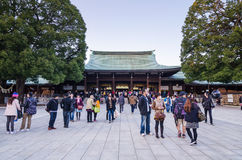 Tokio, Japón - 23 de noviembre de 2013: Visita turística Meiji Jingu Shr foto de archivo
