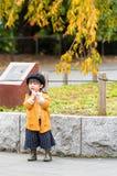 TOKIO, JAPÓN - 7 DE NOVIEMBRE DE 2017: Pequeña muchacha japonesa en boina vertical Copie el espacio para el texto foto de archivo