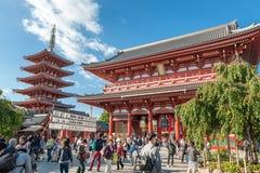 TOKIO, JAPÓN - 7 DE OCTUBRE DE 2015: Puerta Hozomon de la casa de tesoro de la capilla en Asakusa Tokio, Kaminarimon imagen de archivo libre de regalías