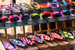 TOKIO, JAPÓN - 31 DE OCTUBRE DE 2017: Zapatos japoneses en el estante en la tienda Primer Foto de archivo libre de regalías