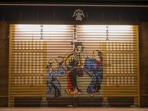 TOKIO, JAPÓN - 8 DE SEPTIEMBRE DE 2018 Opinión de la escena de la noche del callejón de la parte posterior de Asakusa en la noche Imagenes de archivo