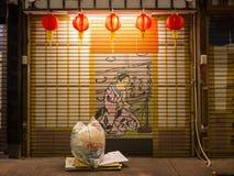 TOKIO, JAPÓN - 8 DE SEPTIEMBRE DE 2018 Opinión de la escena de la noche del callejón de la parte posterior de Asakusa en la noche Imagen de archivo libre de regalías