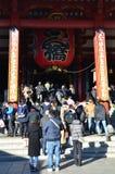 TOKIO, JAPÓN - DICIEMBRE DE 2016: Templo turístico de Sensoji de la visita, también conocido como templo de Asakusa Kannon Fotos de archivo libres de regalías