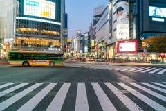 Tokio, Japón, el 17 de noviembre de 2016: Travesía de Shibuya de la calle de la ciudad con Fotos de archivo