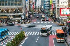 Tokio, Japón, el 17 de noviembre de 2016: Travesía de Shibuya de la calle de la ciudad con Imagen de archivo