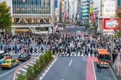 Tokio, Japón, el 17 de noviembre de 2016: Travesía de Shibuya de la calle de la ciudad con Foto de archivo