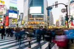 Tokio, Japón, el 17 de noviembre de 2016: Travesía de Shibuya de la calle de la ciudad con Foto de archivo libre de regalías