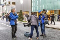 Tokio, Japón, 04/08/2017 La televisión tira un informe sobre la calle peatonal de Ginza fotografía de archivo