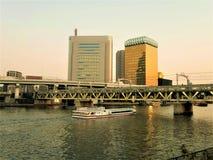 Tokio Japón: Marzo 13,2019: Puente sobre el río Barco de visita tur?stico de excursi?n en el r?o Ciudad de Tokio imágenes de archivo libres de regalías