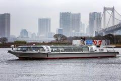 Tokio, Jap?n, 04/08/2017 La nave navega en el agua en la isla de Odaiba fotografía de archivo libre de regalías