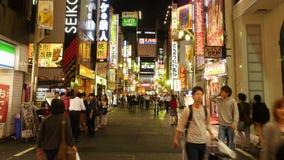 Tokio Japonia czasu upływ Ruchliwie Shinjuku rozrywka, zakupy okręg przy nocą -/- zdjęcie wideo