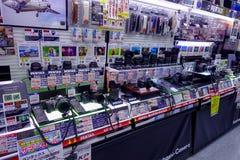 TOKIO, JAPONIA CZERWIEC 28, 2017 -: Asortowane kamery i obiektywy wśrodku Yodobashi kamery wydziałowego sklepu Yodobashi kamera Obrazy Royalty Free