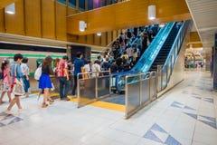 TOKIO, JAPONIA CZERWIEC 28, 2017 -: Niezidentyfikowani ludzie chodzi na piętrze przy Tokio Shibuya stacją w Tokio Z 2,4 milion pa Fotografia Royalty Free