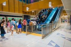 TOKIO, JAPONIA CZERWIEC 28, 2017 -: Niezidentyfikowani ludzie chodzi na piętrze przy Tokio Shibuya stacją w Tokio Z 2,4 milion pa Obrazy Stock
