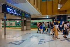 TOKIO, JAPONIA CZERWIEC 28, 2017 -: Niezidentyfikowani ludzie chodzi przy Tokio Shibuya stacją w Tokio Z 2,4 milion pasażerami na Obrazy Royalty Free