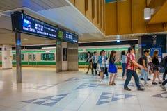 TOKIO, JAPONIA CZERWIEC 28, 2017 -: Niezidentyfikowani ludzie chodzi przy Tokio Shibuya stacją w Tokio Z 2,4 milion pasażerami na Zdjęcia Stock