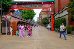 TOKIO, JAPONIA CZERWIEC 28, 2017 -: Niezidentyfikowani ludzie chodzi w drylującej ścieżce Buddyjska świątynia Sensoji w Tokio bli Zdjęcie Stock