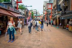 TOKIO, JAPONIA CZERWIEC 28, 2017 -: Niezidentyfikowani ludzie chodzi w drylującej ścieżce Buddyjska świątynia Sensoji w Tokio bli Fotografia Royalty Free