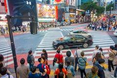 TOKIO, JAPONIA CZERWIEC 28, 2017 -: Niezidentyfikowani ludzie czeka zielone światło dla krzyżować Shibuya ulicę, podczas gdy niek Obrazy Stock