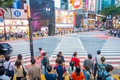 TOKIO, JAPONIA CZERWIEC 28, 2017 -: Niezidentyfikowani ludzie czeka zielone światło dla krzyżować Shibuya ulicę w Tokio, Japonia Zdjęcie Royalty Free