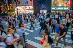 TOKIO, JAPONIA CZERWIEC 28, 2017 -: Niezidentyfikowani ludzie krzyżuje Shibuya ulicę w Tokio, Japonia Sławna wspinaczka Obraz Stock