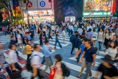 TOKIO, JAPONIA CZERWIEC 28, 2017 -: Niezidentyfikowani ludzie krzyżuje Shibuya ulicę w Tokio, Japonia Sławna wspinaczka Zdjęcia Royalty Free