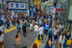 TOKIO, JAPONIA CZERWIEC 28, 2017 -: Niezidentyfikowani ludzie krzyżuje Shibuya ulicę w Tokio, Japonia Sławna wspinaczka Zdjęcia Stock