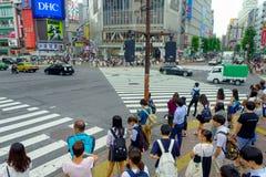 TOKIO, JAPONIA CZERWIEC 28, 2017 -: Niezidentyfikowani pedestrians krzyżuje Shibuya ulicę w Tokio, Japonia Sławna wspinaczka Obraz Stock
