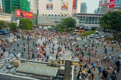 TOKIO, JAPONIA CZERWIEC 28, 2017 -: Niezidentyfikowani pedestrians krzyżuje Shibuya ulicę w Tokio, Japonia Sławna wspinaczka Fotografia Stock