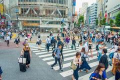 TOKIO, JAPONIA CZERWIEC 28, 2017 -: Niezidentyfikowani pedestrians krzyżuje Shibuya ulicę w Tokio, Japonia Sławna wspinaczka Zdjęcie Royalty Free