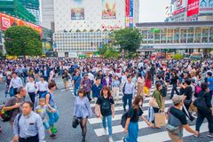 TOKIO, JAPONIA CZERWIEC 28, 2017 -: Niezidentyfikowani pedestrians krzyżuje Shibuya ulicę w Tokio, Japonia Sławna wspinaczka Zdjęcia Royalty Free