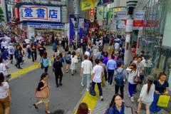 TOKIO, JAPONIA CZERWIEC 28, 2017 -: Niezidentyfikowani pedestrians krzyżuje Shibuya ulicę w Tokio, Japonia Sławna wspinaczka Obraz Royalty Free