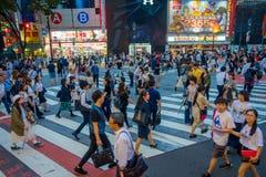 TOKIO, JAPONIA CZERWIEC 28, 2017 -: Niezidentyfikowani pedestrians krzyżuje Shibuya ulicę w Tokio, Japonia Sławna wspinaczka Zdjęcia Stock