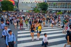 TOKIO, JAPONIA CZERWIEC 28, 2017 -: Niezidentyfikowani pedestrians krzyżuje Shibuya ulicę w Tokio, Japonia Sławna wspinaczka Zdjęcie Stock