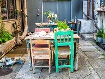 TOKIO, JAPONIA CZERWIEC 28, 2017 -: Plenerowy widok stary stół i krzesła w restauraci przy Komachi-dori ulicą w Kamakura wewnątrz Zdjęcie Royalty Free