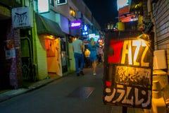 TOKIO, JAPONIA CZERWIEC 28, 2017 -: Pouczający podpisuje wewnątrz tradycyjnych tylnej ulicy bary w Shinjuku Złoty Gai Złoty gai Zdjęcia Stock