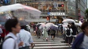 Tokio Japonia, Czerwiec, - 20, 2018: Punkt widzenia pedestrians przy Shibuya skrzyżowaniem w deszczowym dniu zbiory